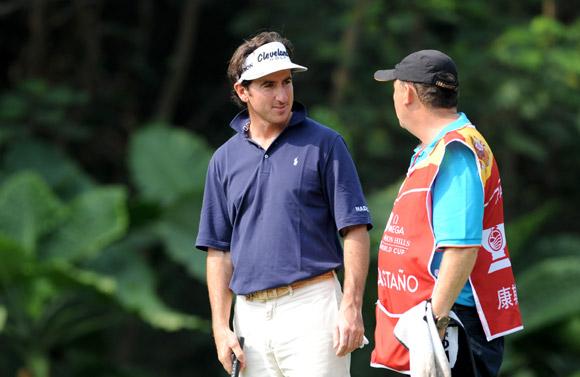 图文-高尔夫世界杯第三轮康斯塔诺与球童商讨