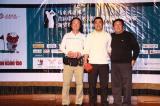 图文-中国球队海外赛颁奖幸运获奖很开心