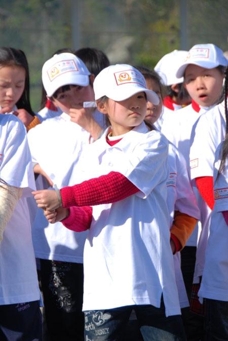 图文-汇丰青少年冬令营云南站模仿挥杆姿势