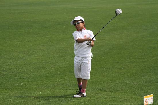 图文-汇丰青少年冠军赛首轮叶雷开球
