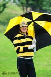 宋晓波举着高尔夫雨伞