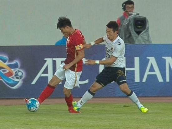 视频-郑智带球遭凶狠放倒 对手踩踏逃脱处罚