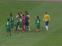 视频-内马尔哨响后仍起脚 击中对手要害险引冲突