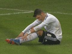视频-厄齐尔生日夜触霉头 膝盖意外被踢跛脚离场