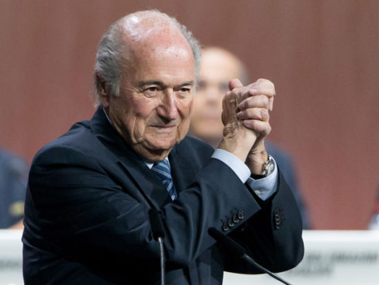 视频-FIFA选举布拉特连任 普拉蒂尼向前祝贺