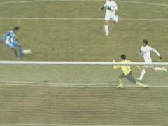 视频-王晓龙面对空门将球打偏 无奈埋怨草皮
