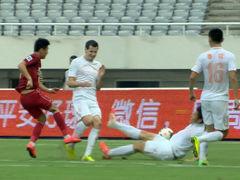 视频-鲁能后场传球失误 上港反击武磊错失必杀