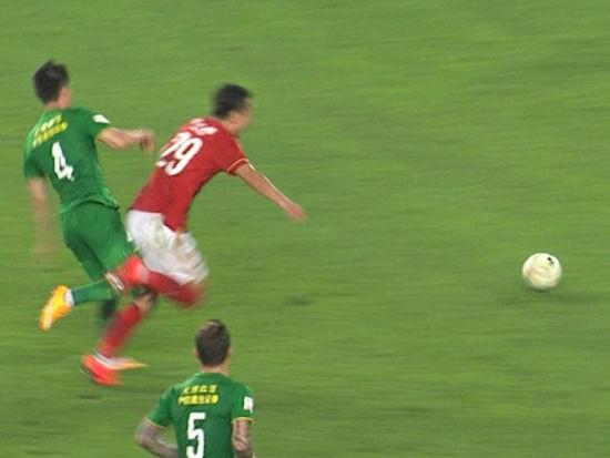 视频-争议!郜林单刀奔袭碰撞倒地 主裁无视