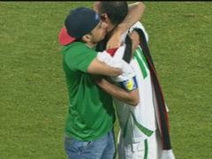 视频-伊拉克球迷闯入球场中断比赛 拥吻功臣加主帅