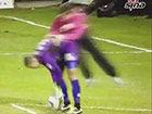 视频-英乙球迷入场偷袭门将 趁开球将其飞身撞倒