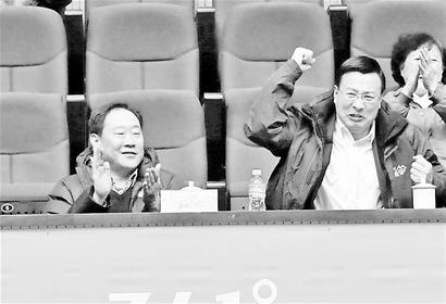 鲁能新老总亮相乒超联赛场边观赛微笑鼓掌(图