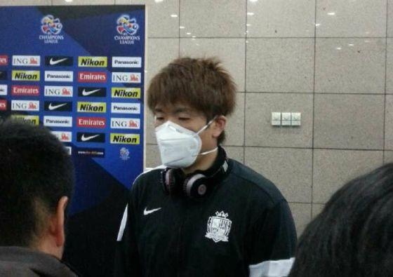 日本球员戴着口罩接受采访