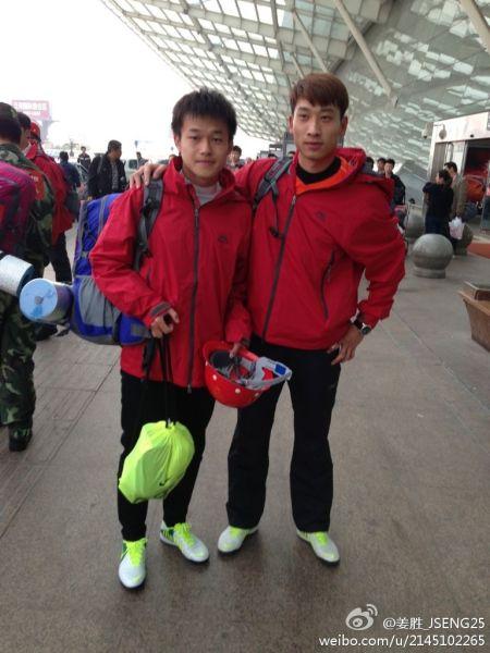 卓尔球员姜胜(左)与吴飞赶赴灾区