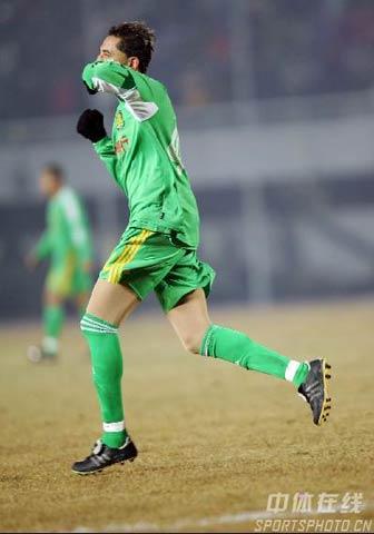 图文-北京国安VS山东鲁能堤亚哥罚进点球后庆祝