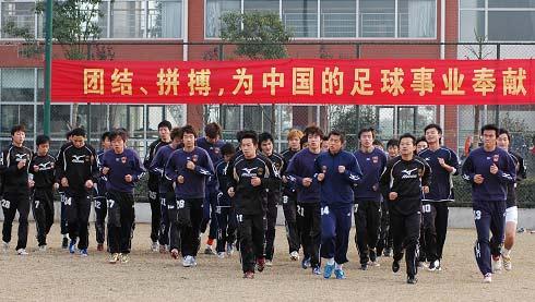 图文-武汉光谷积极冬训全队慢跑开始热身