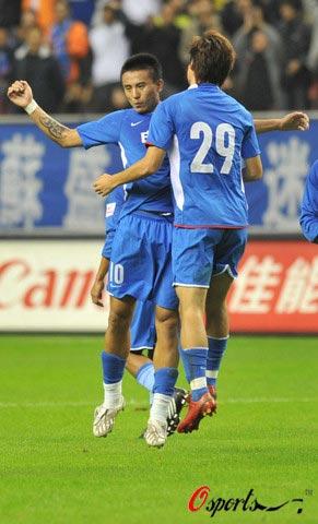 图文-[中超]上海申花1-1北京国安哥俩开心庆祝