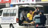 图文-陕西VS上海 一球迷从看台摔下被送医院救治