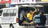 图文-陕西VS上海一球迷从看台摔下被送医院救治