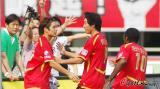 图文-[中超]成都谢菲联VS杭州绿城汪嵩与队友庆祝