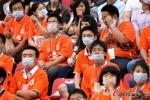 图文-球迷不满鲁能出局标语发泄 戴上口罩拒加油