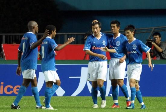 图文-[对抗赛]广药2-1墨尔本李岩接受队友欢呼