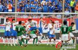 图文-[中超]上海申花1-1杭州绿城 双方队员门前混战