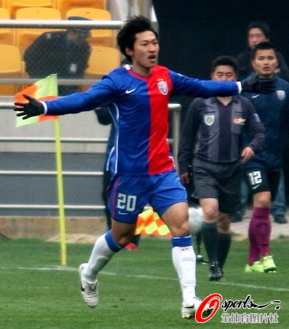 图文-[中超]天津泰达0-2上海申花吴曦庆祝进球