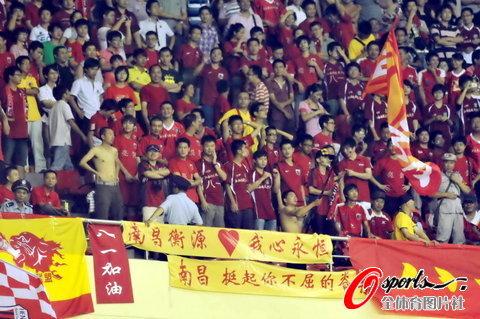 图文-[中超]上海VS南昌南昌球迷今晚最幸福