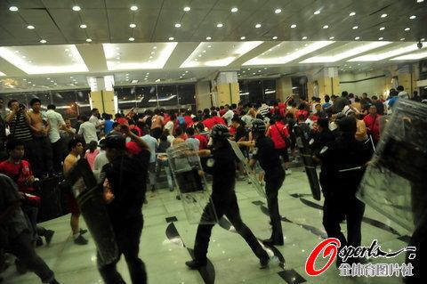 图文-[中超]河南球迷骚乱与警方对峙现场混乱不堪