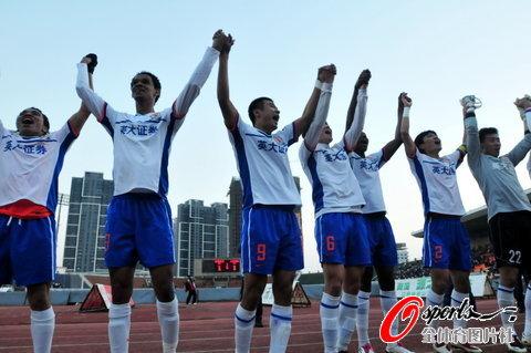图文-[中超]山东客场1比1南昌提前夺冠手拉手致意
