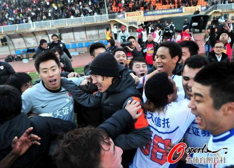 图文-[中超]山东1比1南昌提前夺冠队员被包围