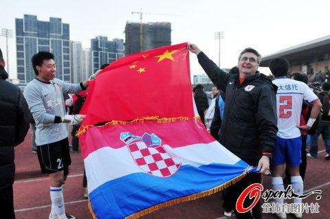 图文-[中超]山东1比1南昌提前夺冠举起中克两国国旗