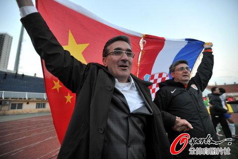 图文-[中超]山东1比1南昌提前夺冠伊万高举两国国旗