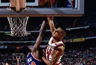 NBA老照片-乔丹副手也是飞人皮蓬骑跨尤因大灌篮