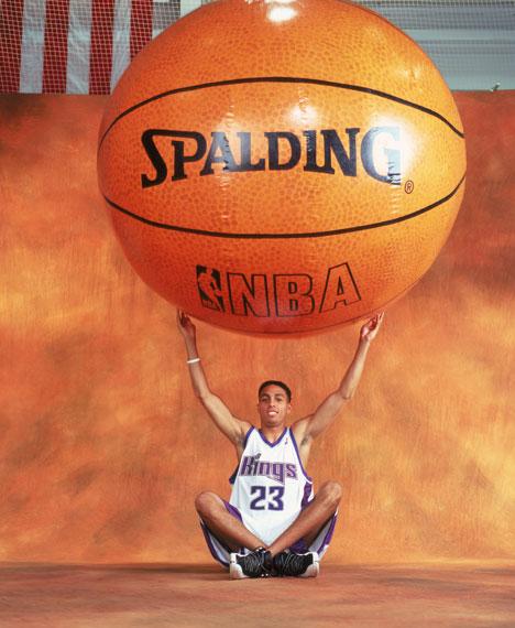 NBA老照片-马丁托起篮球梦球有多大梦想就有多大
