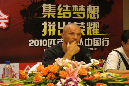 基德浙江杭州新闻发布会安静聆听记者问题