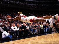 老照片-罗德曼最经典飞身救球这一刻他与地面平行