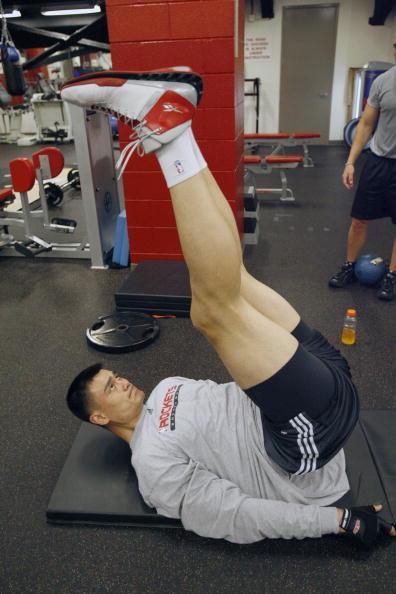 图文-姚明器械房恢复性训练 腰部力量训练也重