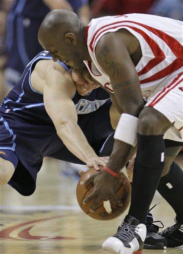 图文-[NBA季后赛]爵士vs火箭科沃尔和杰克逊争抢