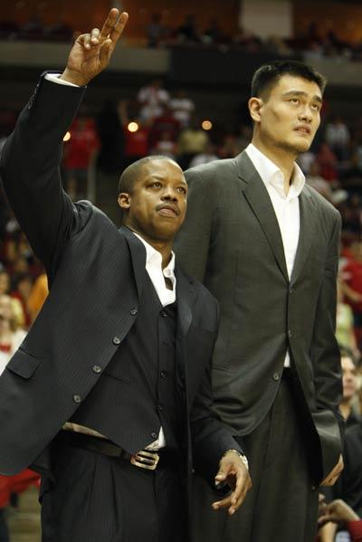 图文-[NBA]爵士69-95火箭姚明和弗朗西斯观战