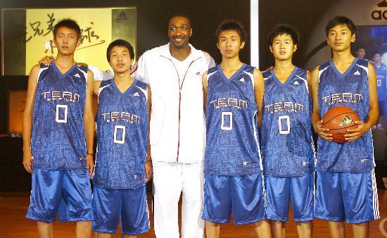 图文-NBA球星授艺地震灾区学生亲切与小球员合影