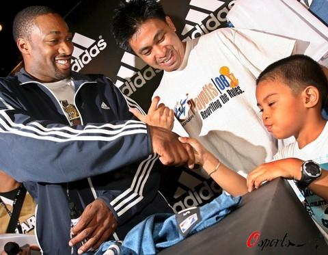 图文-[NBA]阿里纳斯访问菲律宾与小球迷亲切握手