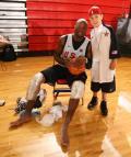 图文-美国男篮赌城集训第四日 满足小球迷的要求