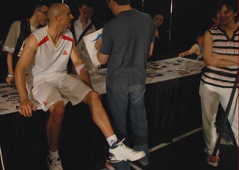 图文-梦八领袖与匹克签约拍摄最新广告 研究新战靴