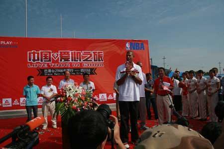 图文-巴蒂尔2008中国行四川站火箭球星发表讲话
