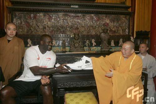 图文-奥尼尔冒雨到嵩山少林寺大鲨鱼送签名球鞋