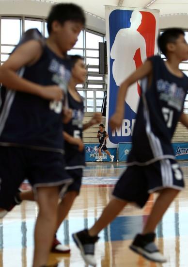 图文-霍华德助阵少年NBA城市训练营孩子们跑起来