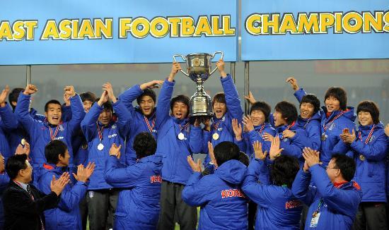 图文-男足东亚四强赛颁奖仪式 韩国队高举冠军奖杯