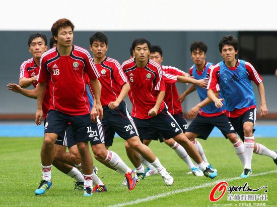 图文-国足训练卡马乔秀蝎子摆尾 队员练习折返
