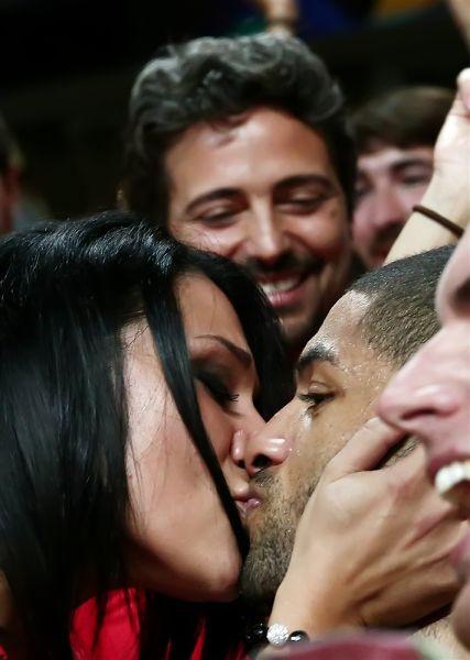 巴图姆赛后拥吻爱妻